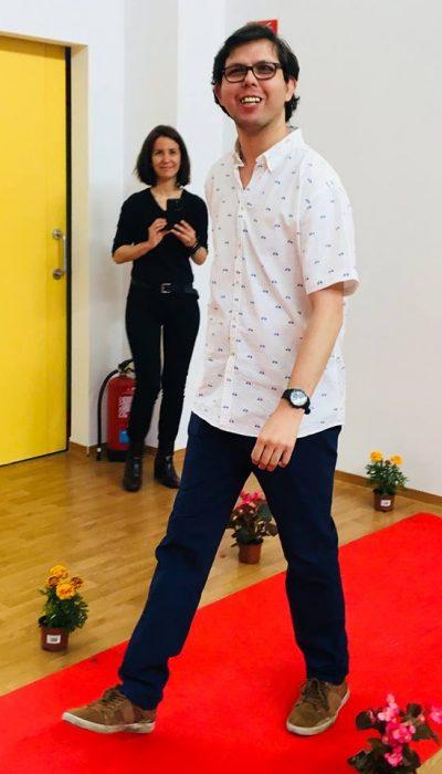 Hombre desfilando durante el taller de imagen, estilo y empleo
