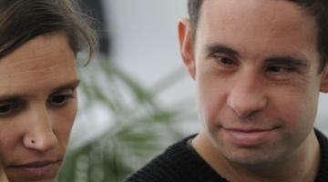 Dos personas reflexionan durante la formación de asistencia personal.