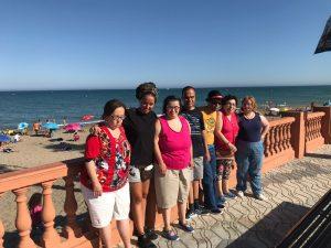 Siete personas en un viaje organizado por el Servicio de Ocio Inclusivo de la Fundación Aprocor.