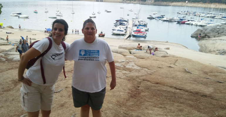 Dos mujeres disfrutando de un viaje organizado por el Servicio de Ocio de la Fundación Aprocor.