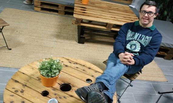 Gonzalo sentado en una mesa