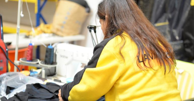 Una mujer trabaja en una tintorería