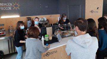 Personas en la barra de una cafetería haciendo sus pedidos.